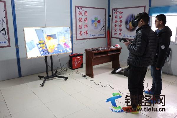 图为体验者佩戴VR眼镜体验宿舍火灾事故场景.JPG