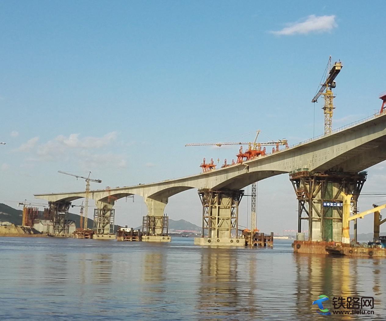 秀山大桥副通航孔桥合拢前最后阶段.jpg