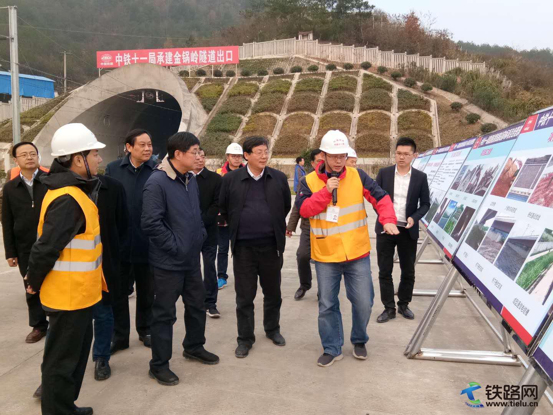 图1:祁雄熙向王同军(前排左二)汇报隧道洞门绿化方案(摄影:刘显清).jpg