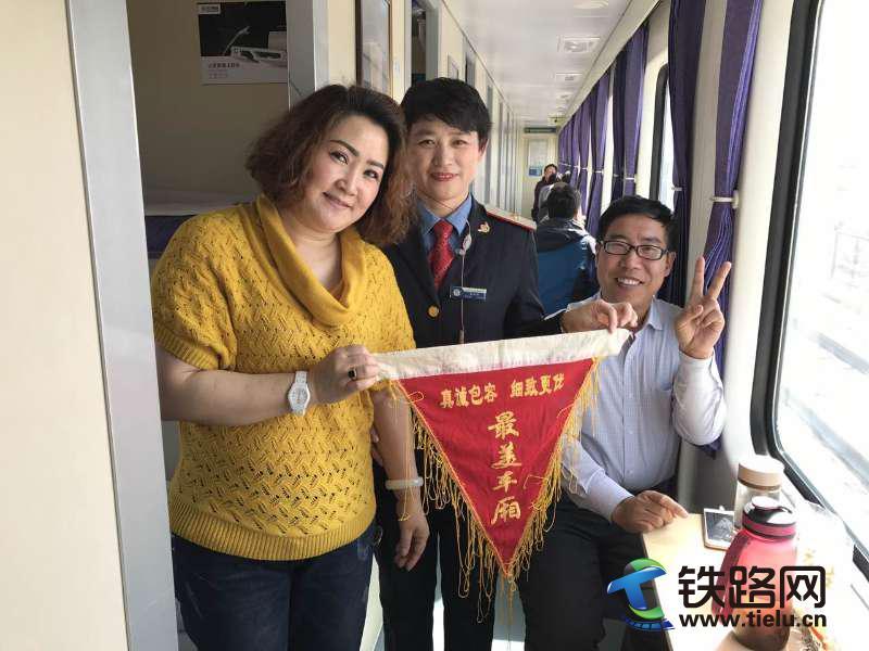 刘小华与旅客 (1).jpg