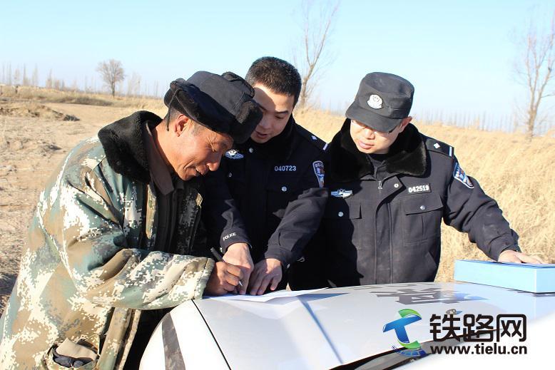 民警与牧民签订爱路护路协议书.jpg