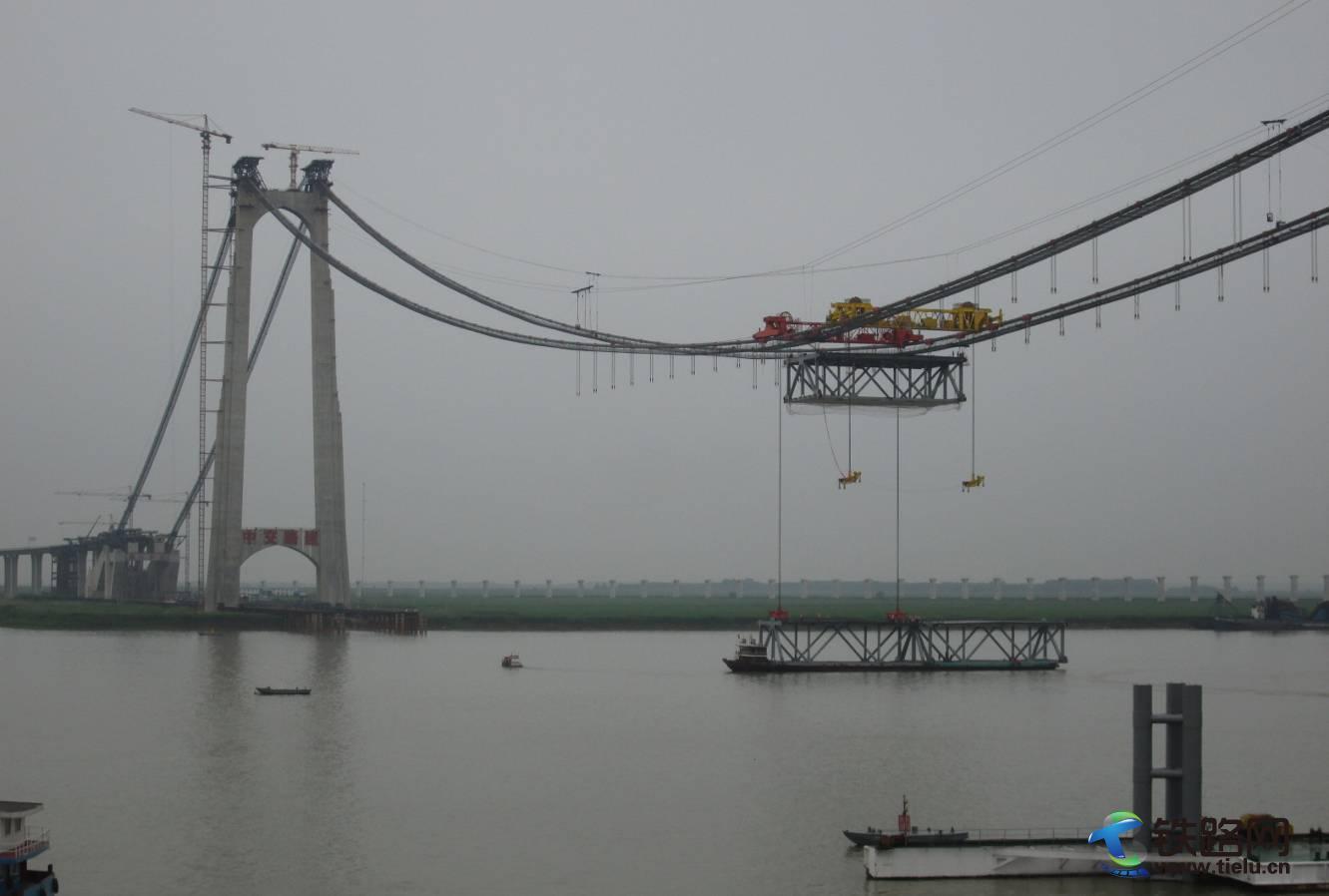 550T缆载吊机应用于湖南洞庭湖大桥钢桁梁的吊装.jpg