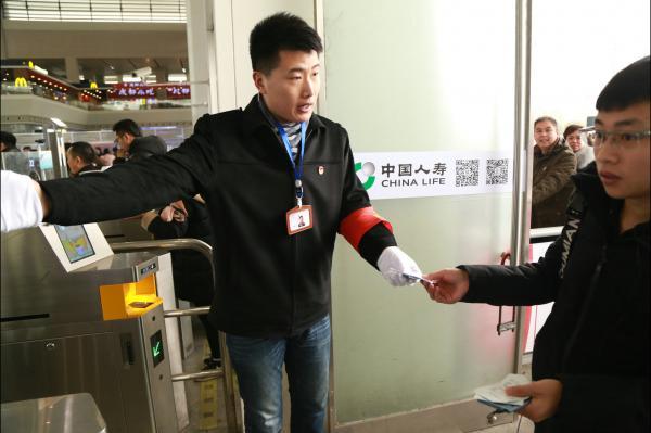 图10成都车辆段党员突击队员指引旅客进站.JPG