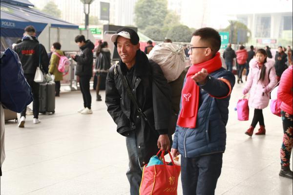 图7成都车辆段青年突击队员帮助旅客做指引乘车.JPG