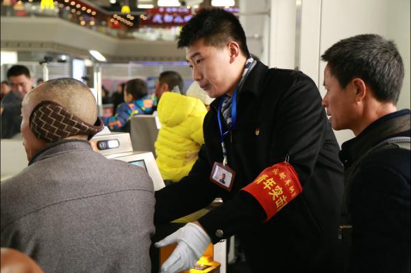 图11 成都车辆段青年突击队员指引帮助旅客进站.JPG