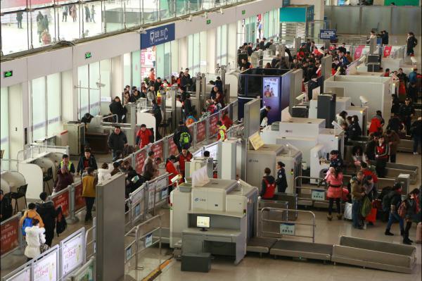 图14车站所有乘客在工作人员的指引下有序验票进站.JPG