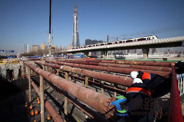 1、中铁十八局集团五公司职工在滨海新区北海路项目紧张施工(伍振、李学彬摄).jpg
