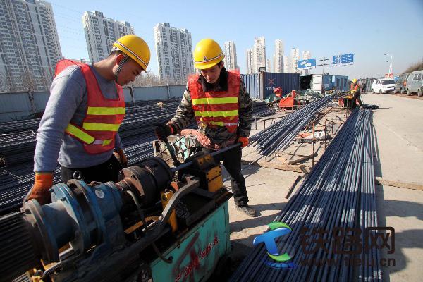 4、中铁十八局集团五公司建设者在北海路项精心加工钢筋(伍振、李学彬摄).jpg