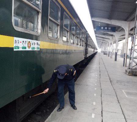 春节守护慢火车的检车员