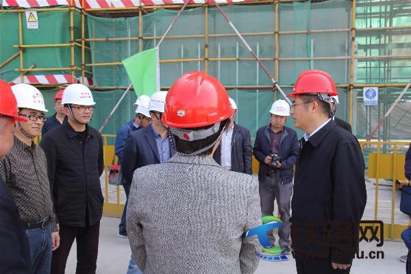 图1、黄副市长(右一)认真听取南龙铁路永安南站代建施工情况.JPG