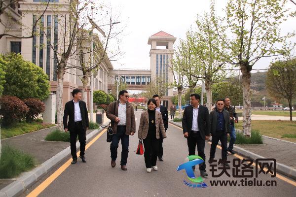 南京市鼓楼区建设局副局长石根林(1排左2)一行考察调研.jpg