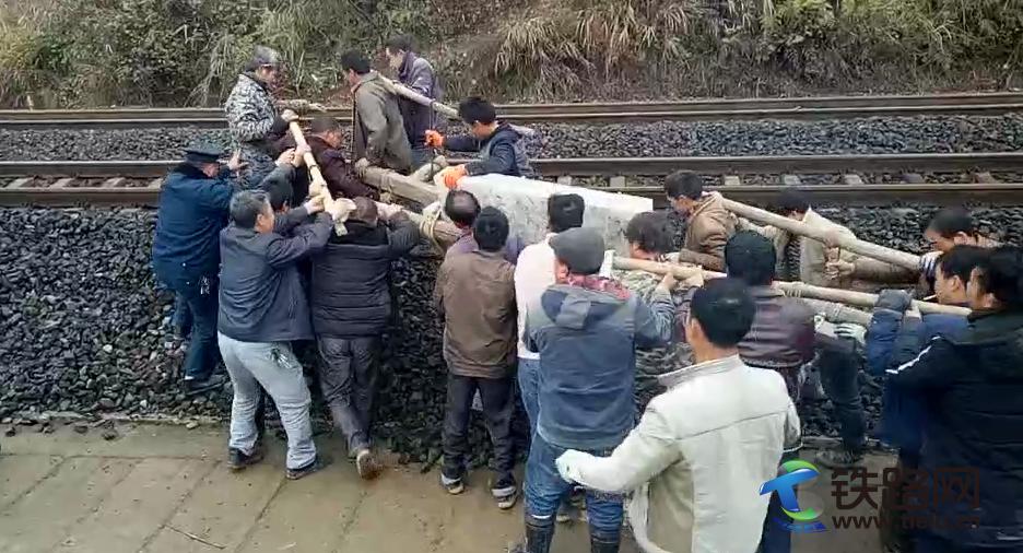 图为联防队员一起协助村民抬石碑.png