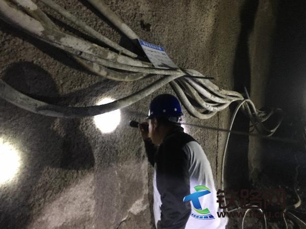 滇西指质量红线管理检查组在文笔山二号隧道出口检查初支背后密实情况.jpg