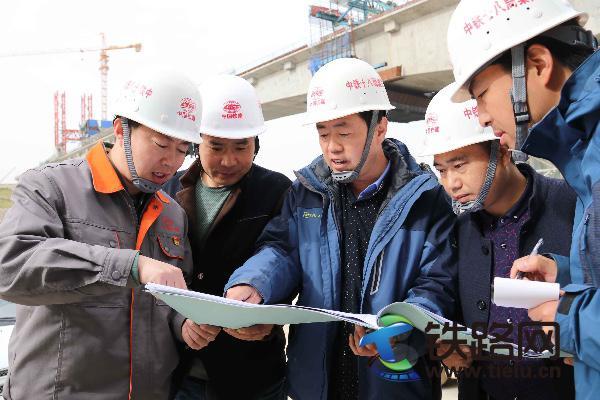 3、中铁十八局集团二公司技术人员在研究施工方案(伍振 摄).JPG