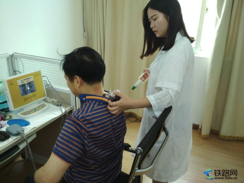 1、周医生给患者做颈椎红外线热疗.jpg