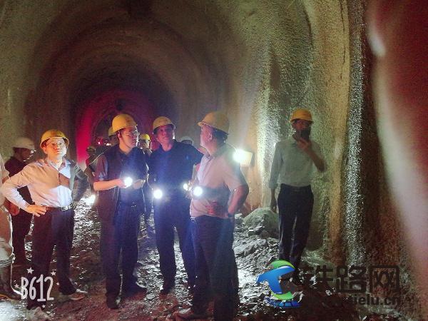 图为中铁建调研组在杉阳隧道出口正洞掌子面调研.jpg