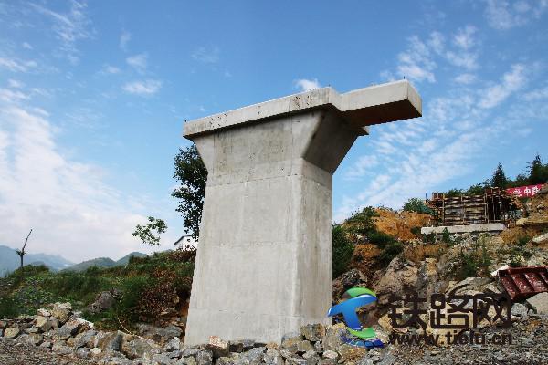 浇筑成的一号桥墩.jpg