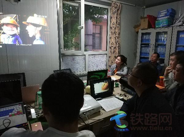 中铁武汉电气化局一公司哈站改项目部通信专业组织全员观看安全事故案例警示教育视频 李静 摄.jpg