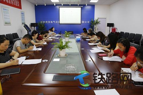 中铁武汉电气化局输变电公司工会组织EAP宣贯和员工心理测试-周鸣摄.JPG
