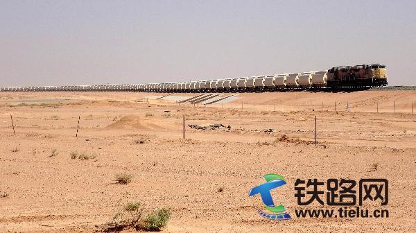 4、满载货物的重载列车在十八局集团承建的沙特南北铁路上行驶(伍振 张世丹提供).JPG