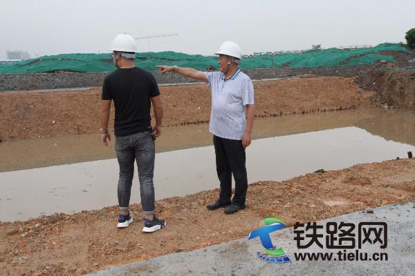退休前的最后一天,赵俊启(右)依然在施工一线指导工作.JPG