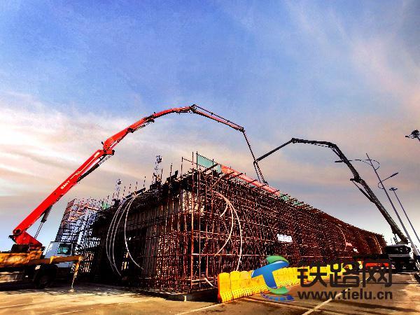 图:北洋大道公跨铁立交工程第五联浇筑现场.jpg