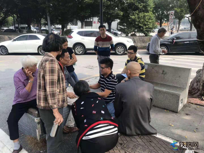 张晨(右5)正在给村民做思想工作.jpg