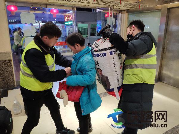 图:该段火车司机詹书辉和同伴帮助农村大娘.jpg