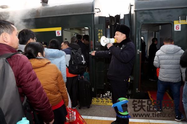 党员职工正在对旅客进行引导.JPG