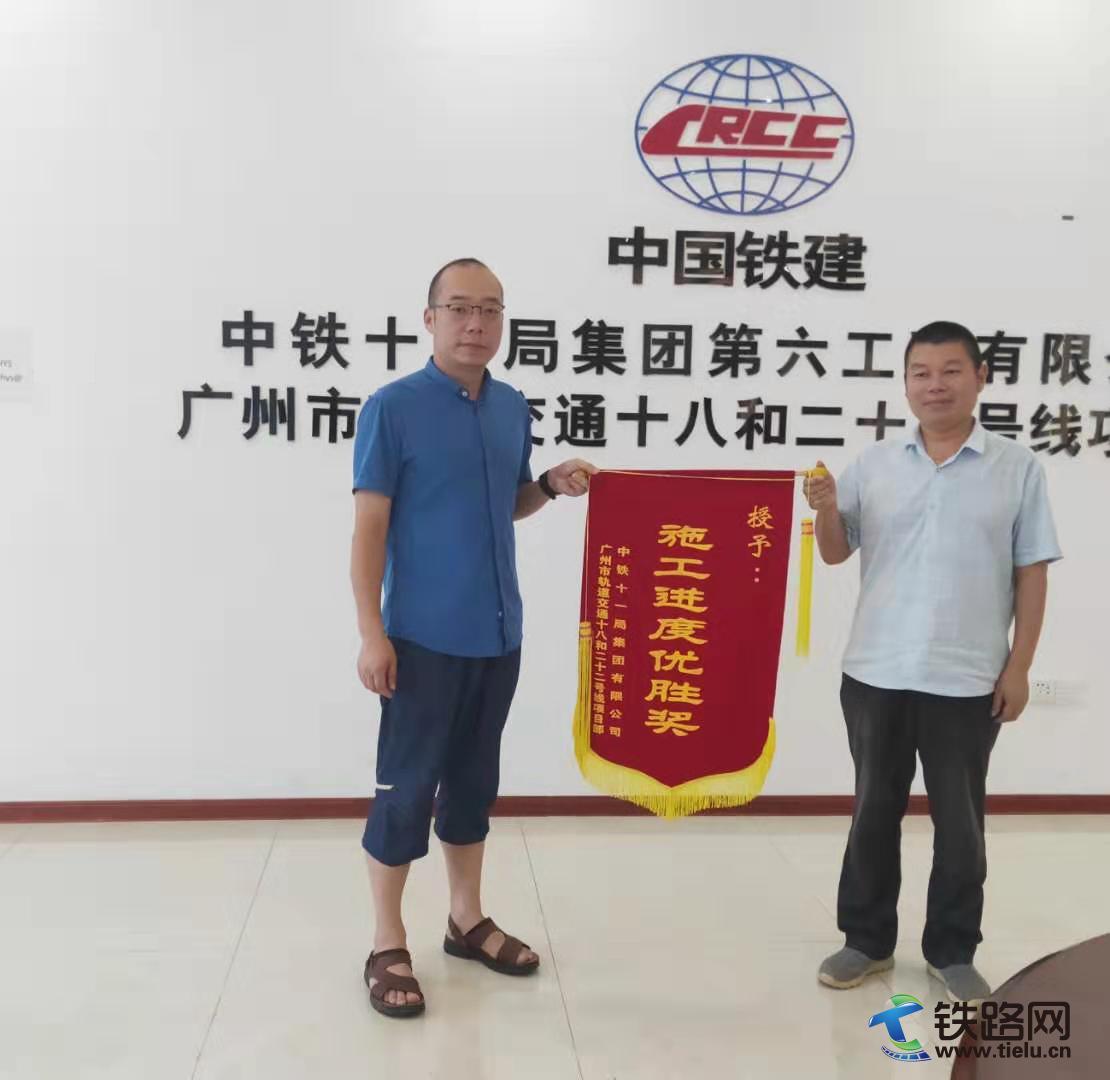 分部书记万子兵(左一)为工区授旗.jpg