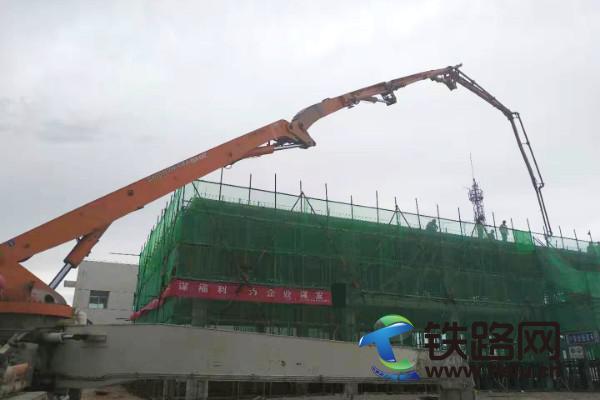 20190806004.<a href=http://www.tielu.cn/zhongtieershiyiju/ target=_blank class=infotextkey>中铁二十一局</a>集团二公司西小川站改工程信号综合楼主体顺利封顶.001.jpg
