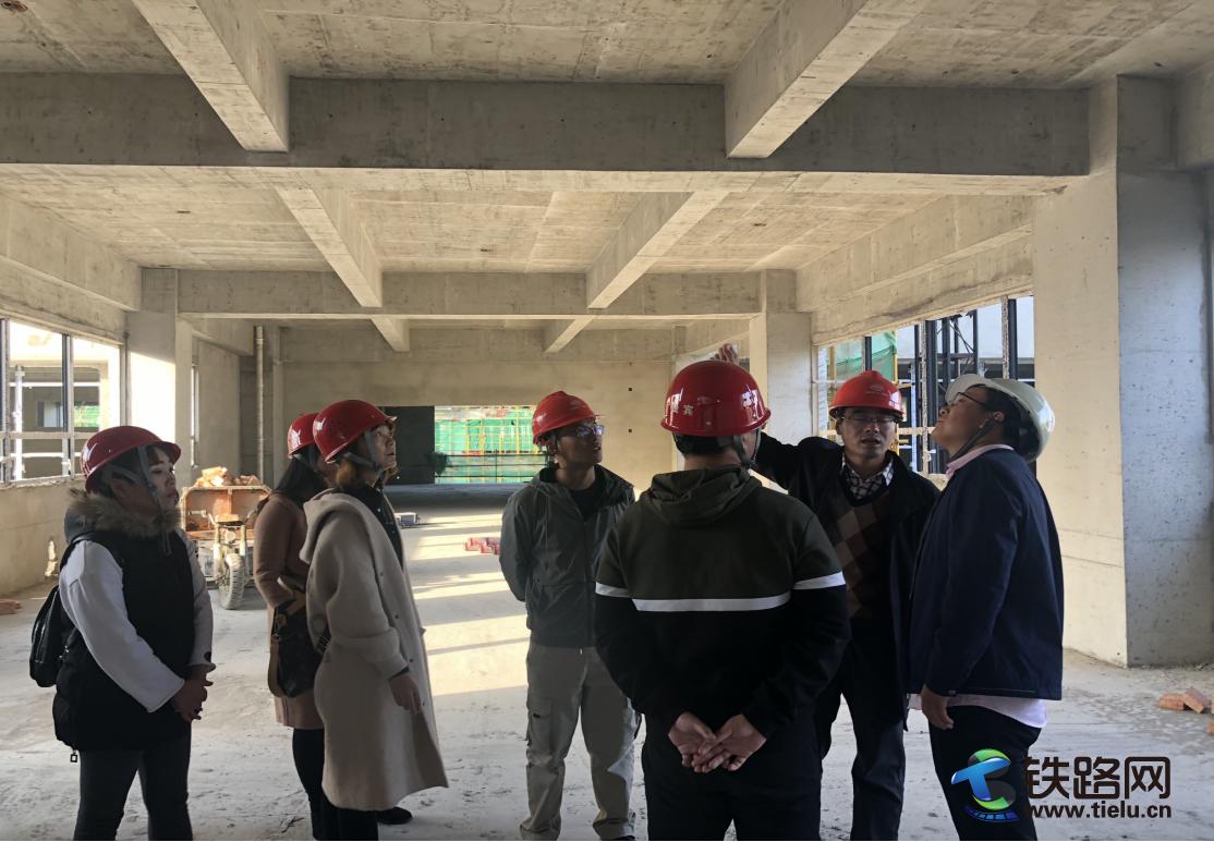 西咸新区沣西新城第二学校的老师及家长代表到中铁二十一局四公司沣西第二学校项目部参观考察.png