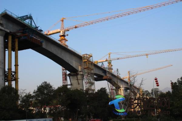 中铁二十一局四公司兴泉铁路项目部琴江特大桥主跨连续梁顺利合龙.JPG
