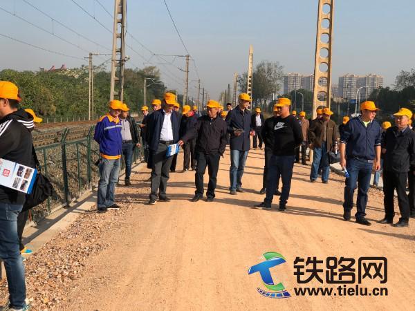 武汉工程建设指挥部到南大线项目部召开路基附属观摩会照片.jpg
