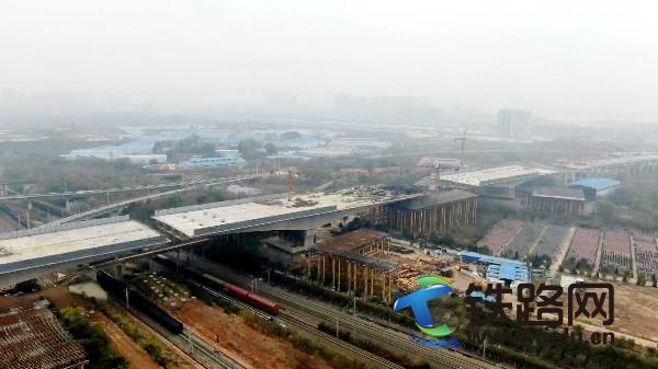 11月28日,武汉北四环跨铁工程转体群顺利完成转体施工.jpg