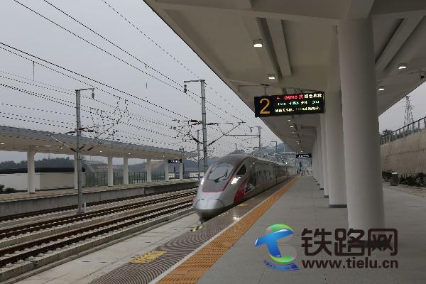 十堰东开往汉口的列车经过武当山西站.jpg