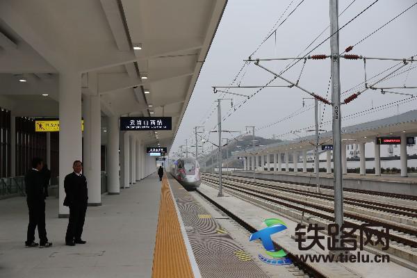 十堰东开往汉口的列车经过武当山西站2.jpg