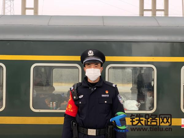 1、牛旭光在站台上接车.jpg