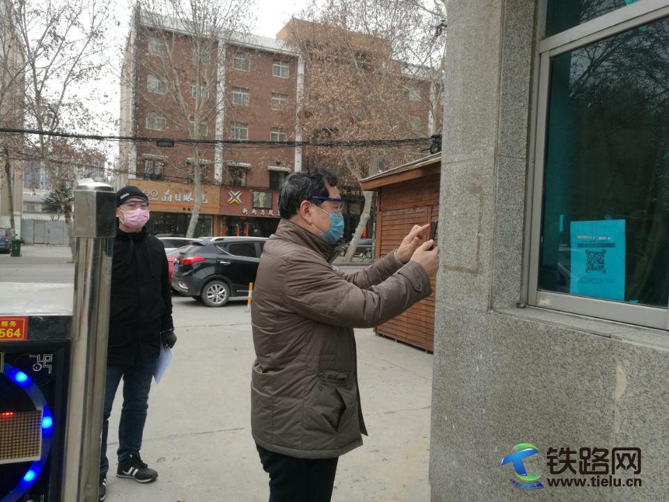 <a href=http://www.tielu.cn/zhongtieqiju/ target=_blank class=infotextkey>中铁七局</a>一公司员工在门岗扫码进入办公区域,此举大大减少了交叉感染,提升上下班通行效率.jpg