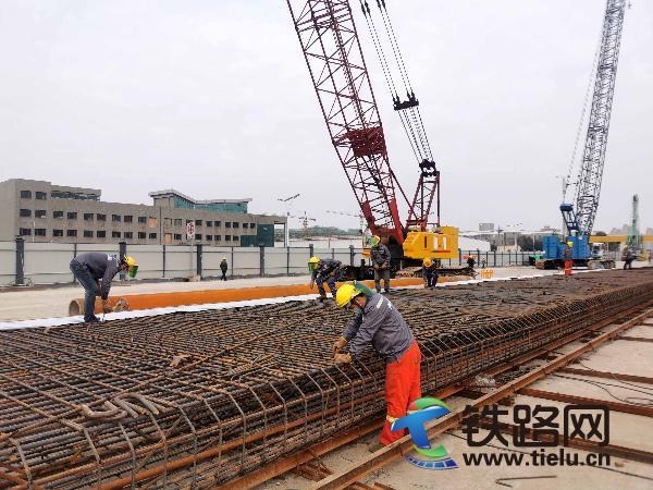 4、中铁十八局集团杭州下沙路提升改造项目部建设者在加工钢筋笼(齐志伟 摄).jpg