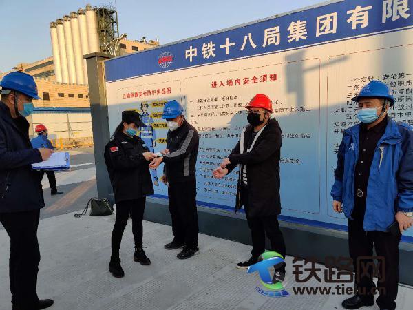 5、中铁十八局集团杭州下沙路提升改造项目保安对施工人员测体温(宋明阳 摄).jpg