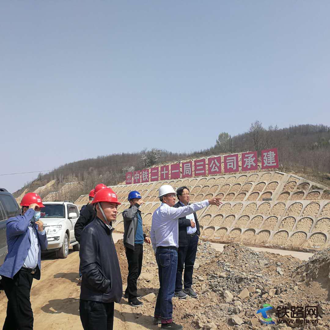 陕西省交通厅总工程师杨文奇检查延黄高速项目施工现场3.jpg