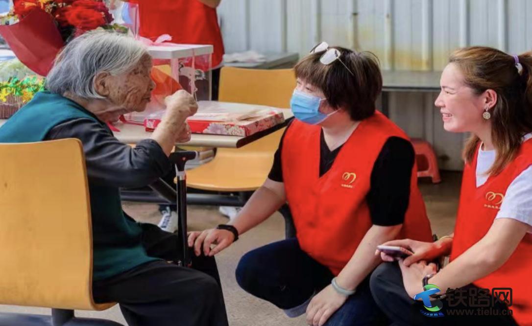 余姚志愿者慰問百歲老人傳遞社會溫情