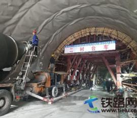 城开高速双河口隧道隧道进口首版二衬顺利浇筑