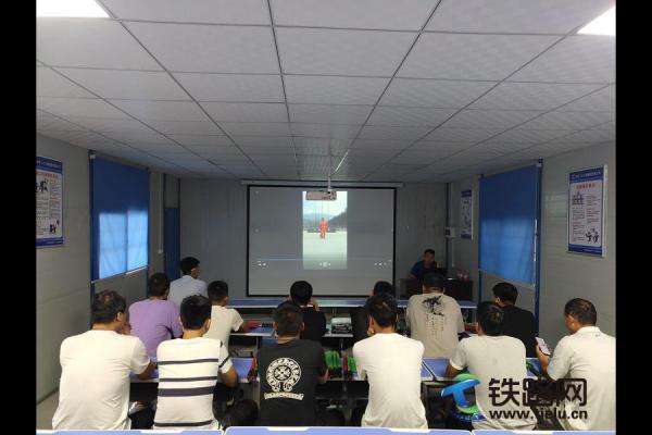中铁二十三局一公司渑淅高速项目开展保通员