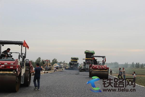 枣菏高速第三合同段路面柔性基层试验段摊铺