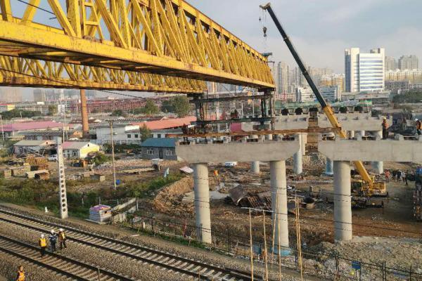 G229国道尚志公铁立交桥跨线架梁顺利完成